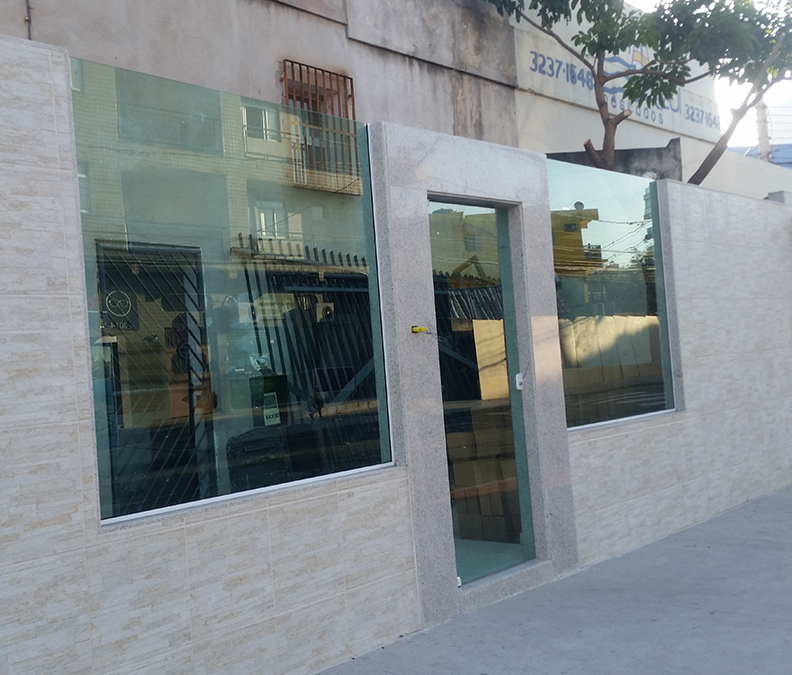 Portão de Garagem com vidro no muro